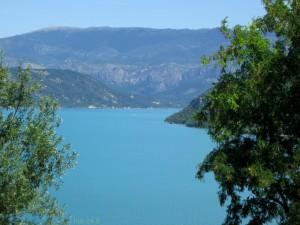 Lac de Sainte-Croix et montagne